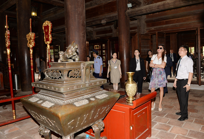 Azerbaijan's First Lady Mehriban Aliyeva visits Temple of Literature in Vietnam (PHOTO) - Gallery Image
