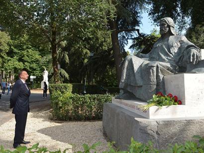President Ilham Aliyev visited a monument to Nizami Ganjavi in Rome (PHOTO)