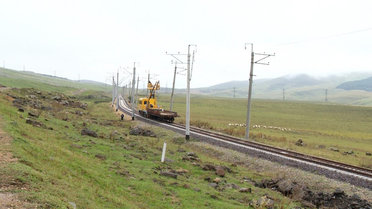 Bakı-Tbilisi-Qars dəmir yolunun Gürcüstandan keçən bir hissəsində dəmir yollarının quraşdırılması başa çatdırılıb (FOTO) - Gallery Image