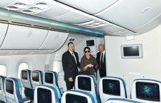 """Prezident İlham Əliyev və xanımı Heydər Əliyev Beynəlxalq Aeroportunda yeni gətirilmiş """"Boeing-787-8"""" sərnişin təyyarəsinə baxıblar  (FOTO) - Gallery Thumbnail"""