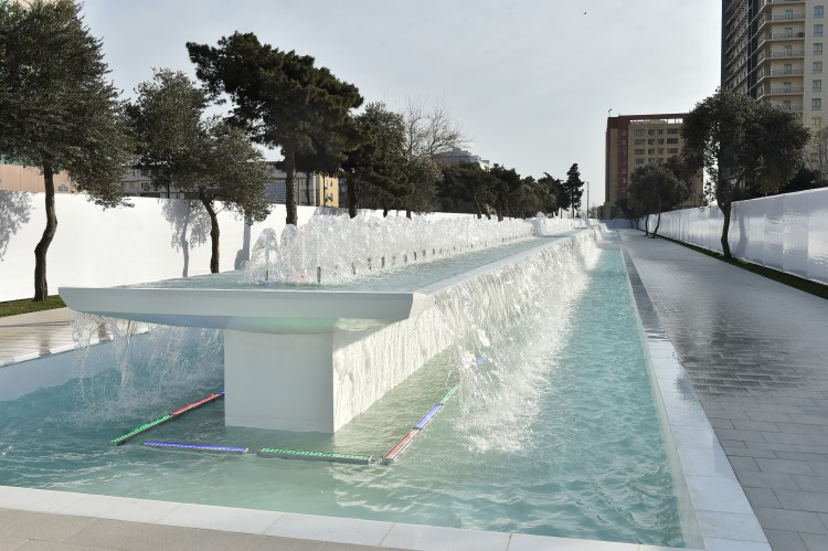 President Aliyev reviews newly-built fountain and waterfall complex in Baku - Gallery Image