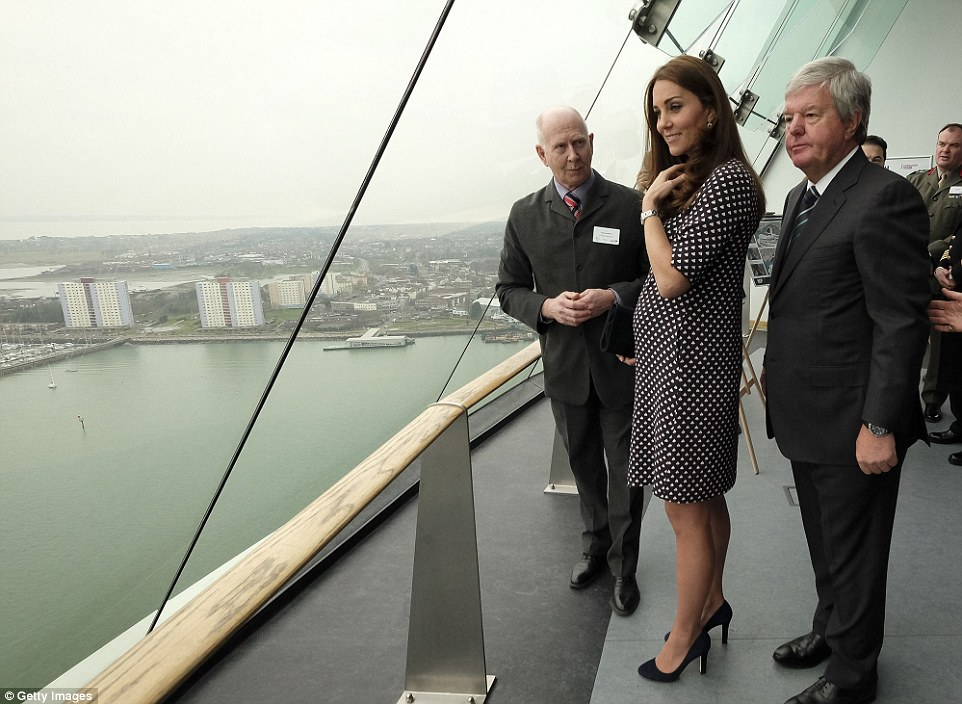 The Duchess of Cambridge wore a nautical-inspired dress for her visit to Portsmouth (PHOTO) - Gallery Image