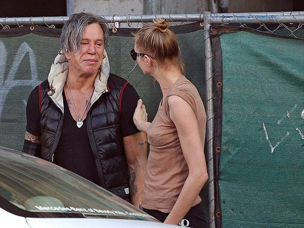 Mickey Rourke Breaks Down In Tears While Out In La As He Is Consoled By Girlfriend Anastassija makarenko continua a essere sulla cresta dell'onda. mickey rourke breaks down in tears