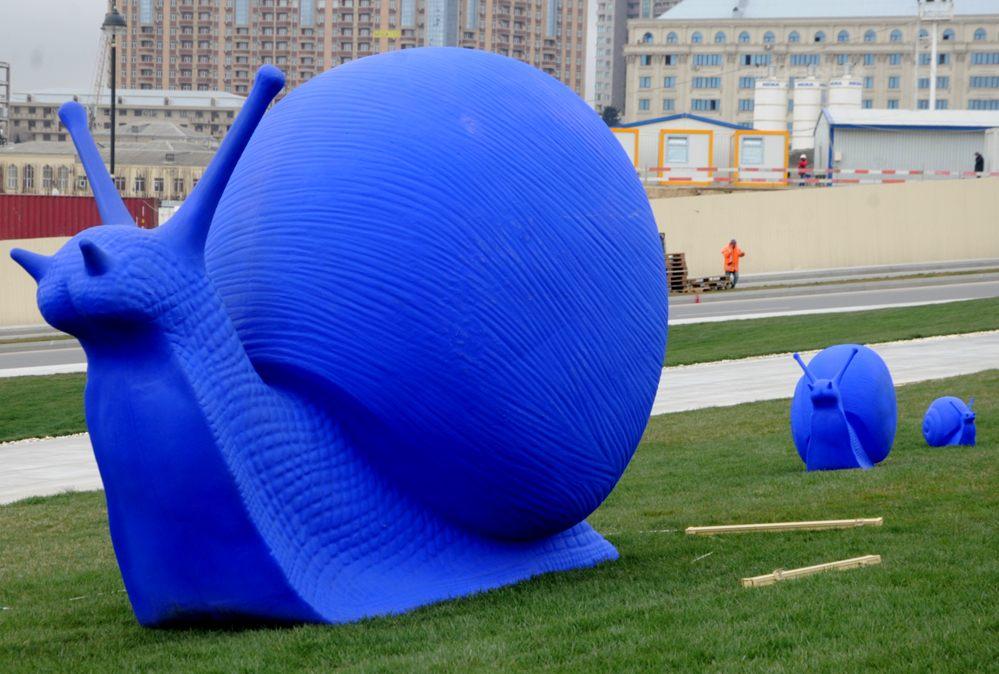 """Leyla Əliyeva Heydər Əliyev Mərkəzinin parkında """"Cracking Art"""" və """"Səməni"""" sərgilərinin açılışında iştirak edib (FOTO) - Gallery Image"""