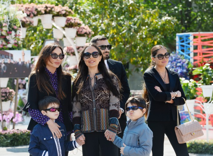 Azerbaijani president, his spouse attend Flower Festival (PHOTO) - Gallery Image