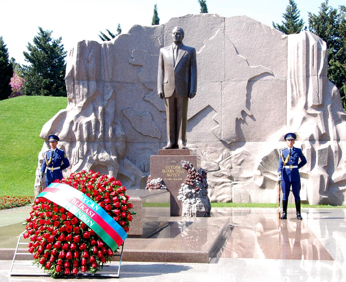 Azerbaijanis mark 92nd birthday anniversary of national leader Heydar Aliyev
