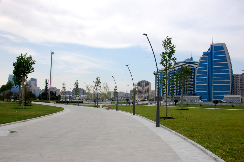 Baku White City: walking along the boulevard (PHOTO)