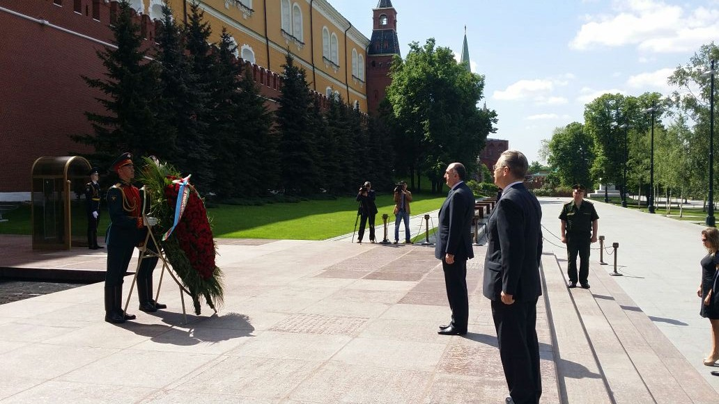 Azerbaijani FM visits Tomb of Unknown Soldier in Moscow (PHOTO)