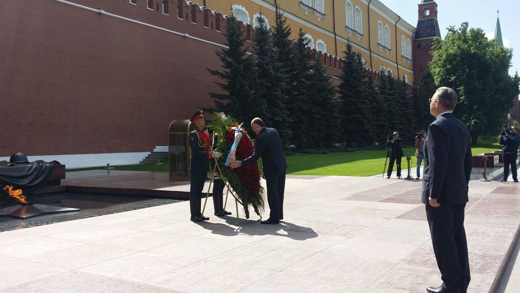Azerbaijani FM visits Tomb of Unknown Soldier in Moscow (PHOTO) - Gallery Image