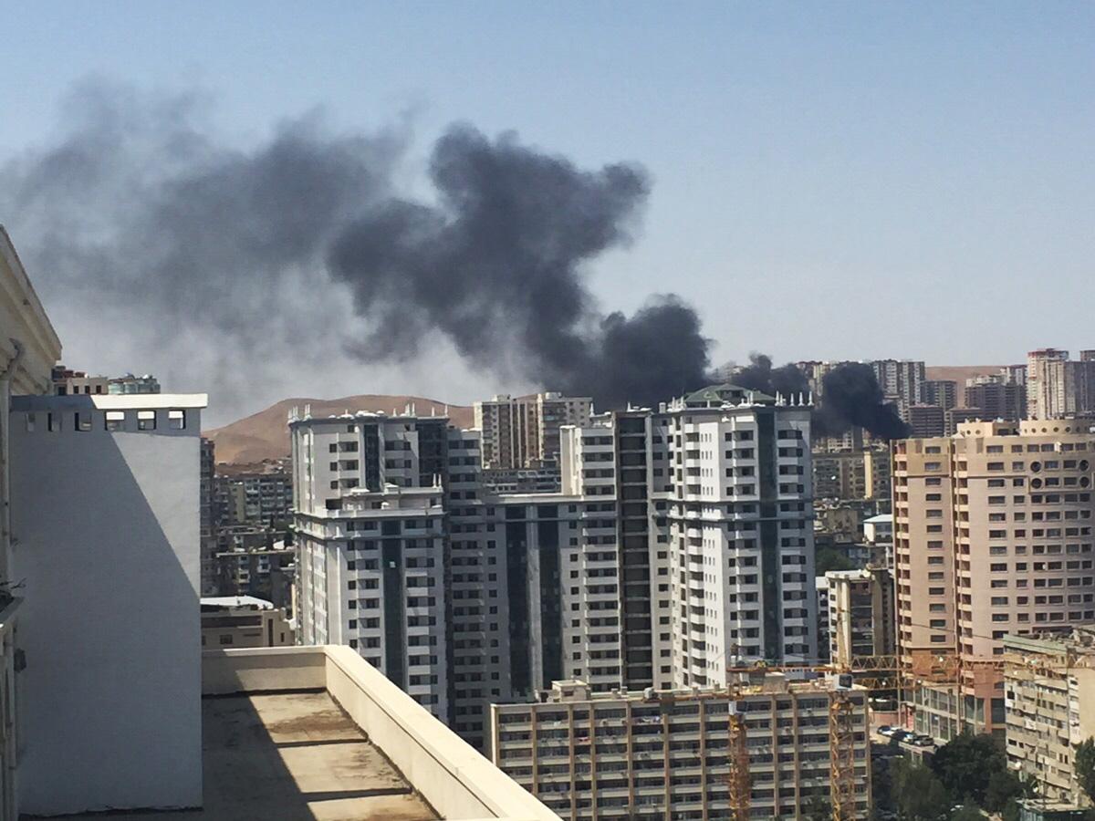В Ясамальском районе Баку горит здание (версия 2)