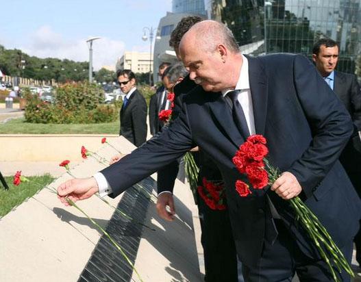 Bakan Sinirlioğlu Bakü'de Türk Şehitliğini ziyaret etti