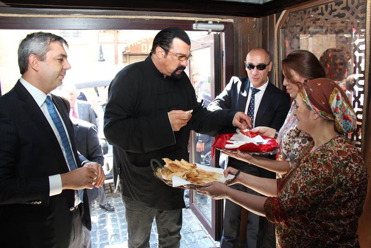 Tanınmış aktyor Stiven Siqal İçərişəhərdə olub (FOTO) - Gallery Image