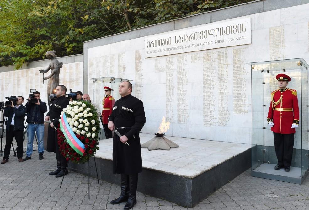 İlham Əliyev Tbilisidə Qəhrəmanlar Memorialını ziyarət edib (FOTO) - Gallery Image
