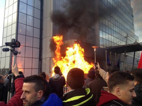 Kosova karıştı! Başbakanlık binası ateşe verildi