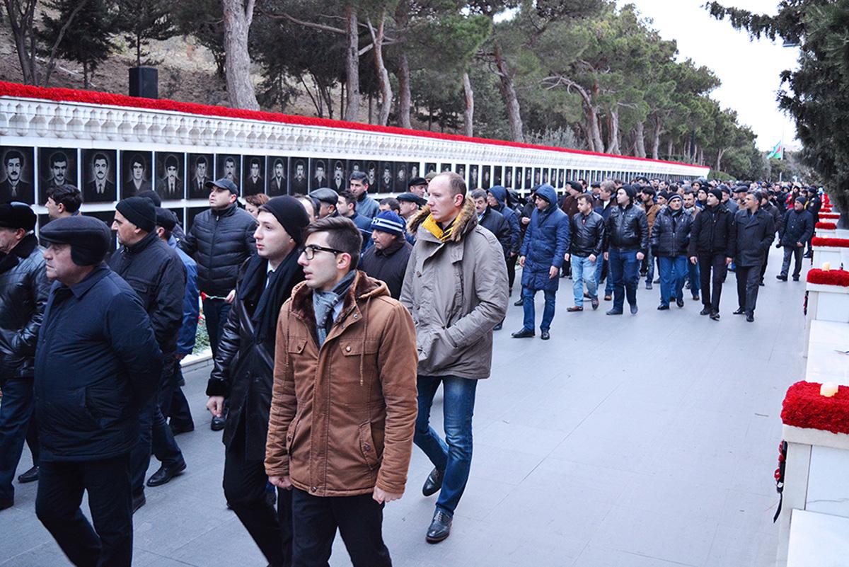 Nikoil Bank-ın kollektivi Şəhidlər xiyabanını ziyarət edib (FOTO) - Gallery Image