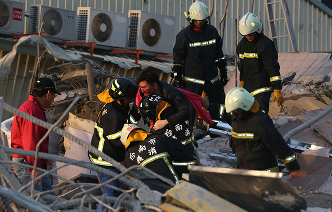 More pulled out alive after Taiwan quake, about 120 people still trapped