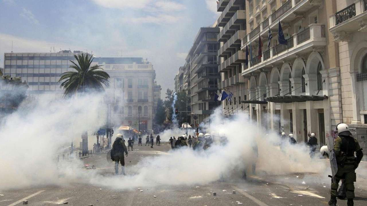 Greek protesters attack house of сountry's minister of state