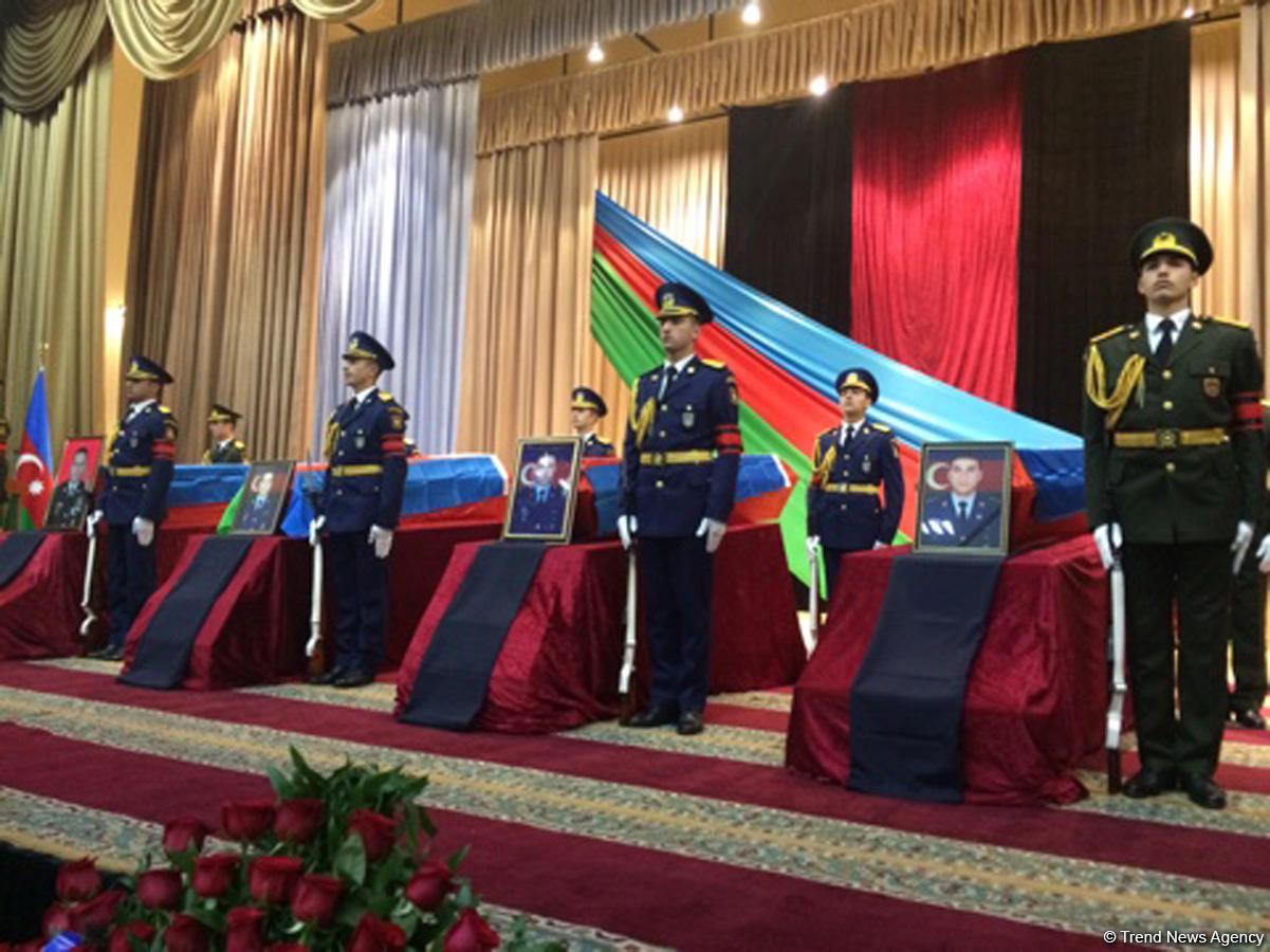 Azerbaycan şehitlerine veda etti (Fotoğraf)