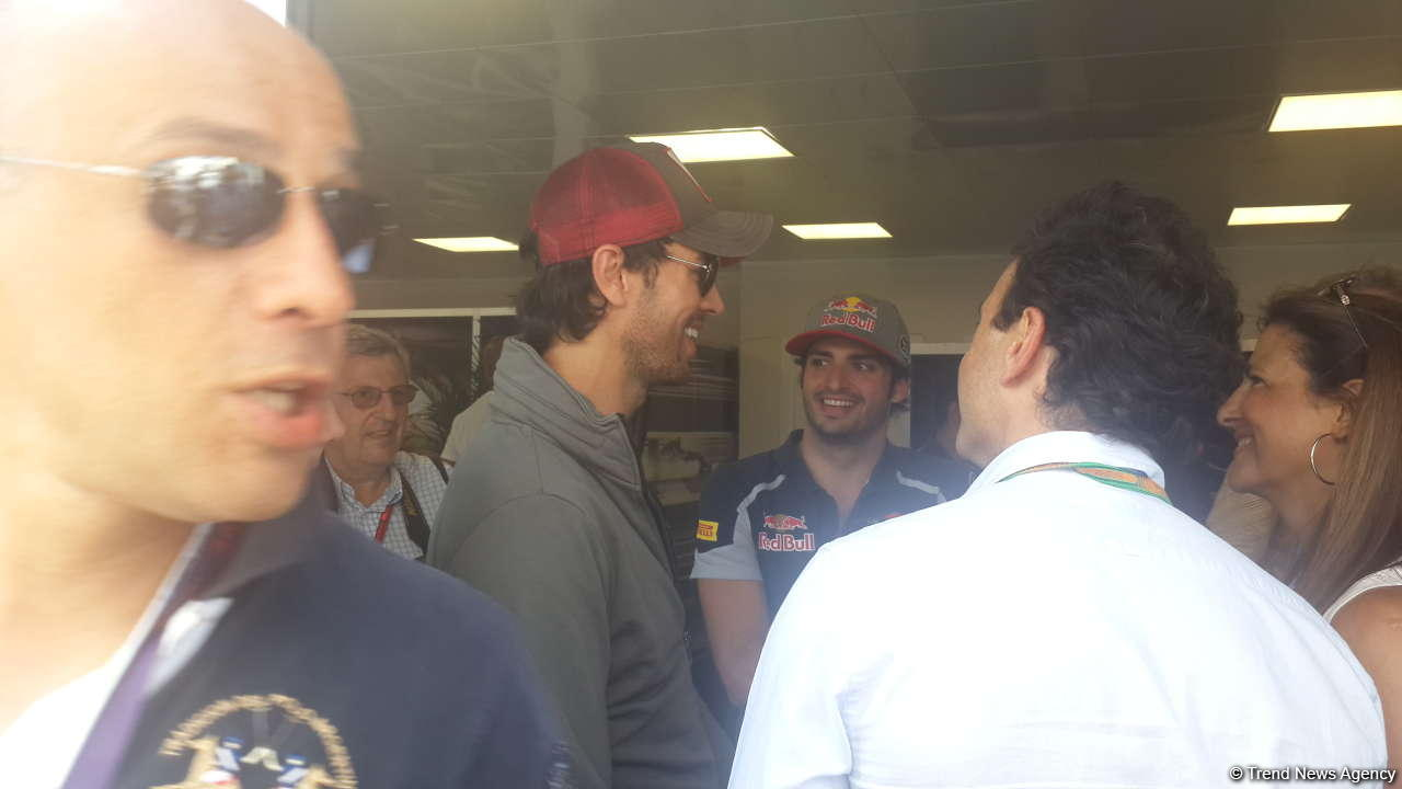 Enrique Iglesias visits pit boxes of teams participating in F1 Grand Prix of Europe in Baku - Gallery Image