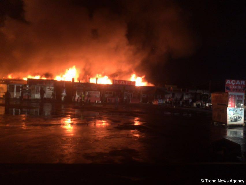 Bakü'de eski araba pazarında güçlü yangın (Foroğraf)