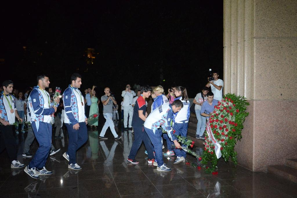 Azerbaijan's Olympians visit Heydar Aliyev's monument (PHOTO) - Gallery Image