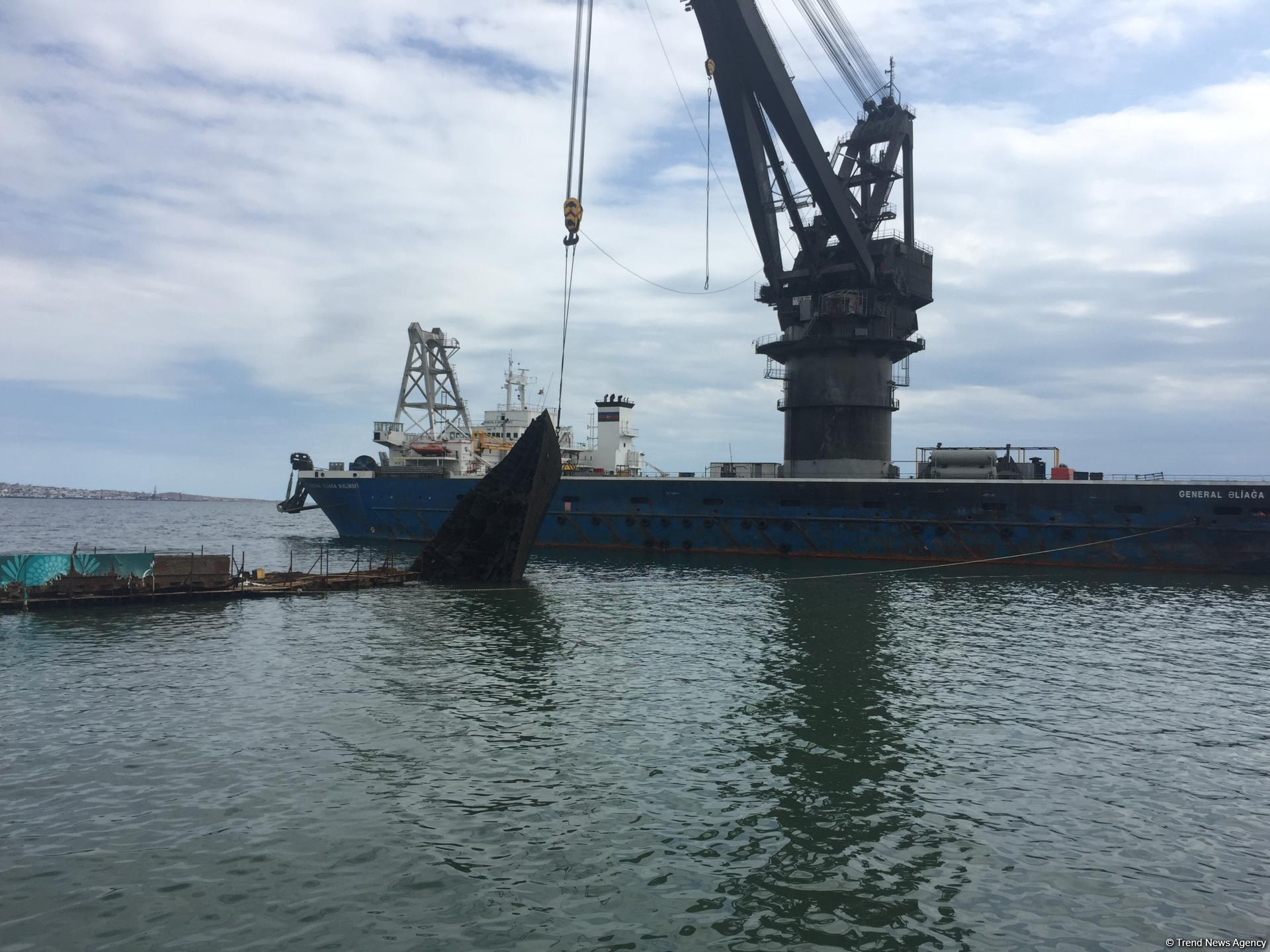 Как очищают Бакинскую бухту (ФОТО, ВИДЕО) - Gallery Image