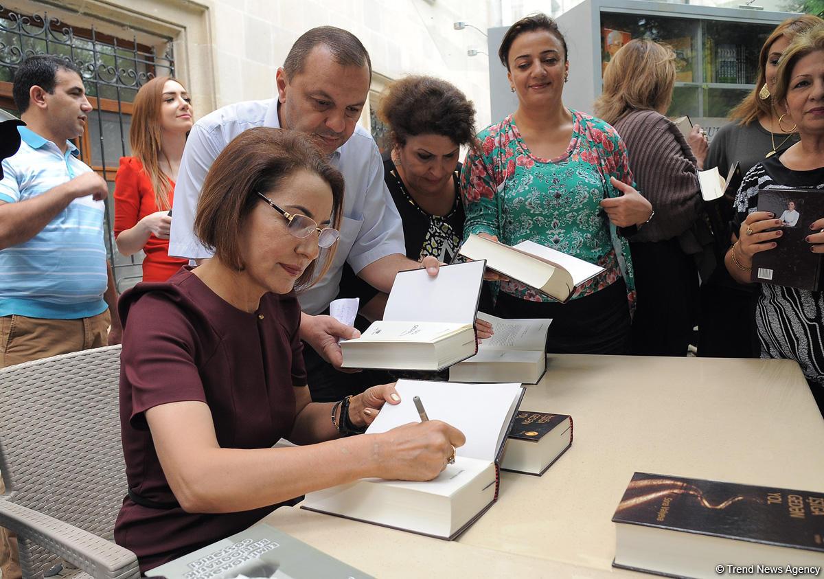 """Sona Vəliyevanın """"İşığa gedən yol"""" romanının təqdimat mərasimi keçirilib (FOTO) - Gallery Image"""