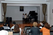 Общество Англия-Азербайджан организовало для учащихся школы имени Бюль-Бюля мастер-классы известного пианиста Уэльского Королевского колледжа Джеймса Корби (ФОТО) - Gallery Thumbnail