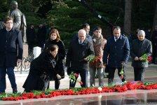 Общественность Азербайджана посещает Аллею почетного захоронения в тринадцатую годовщину кончины Общенационального лидера Гейдара Алиева (ФОТО) - Gallery Thumbnail