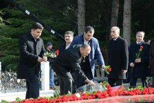 Azerbaijani public visits Alley of Honor to commemorate 13th death anniversary of Heydar Aliyev (PHOTOS) - Gallery Thumbnail