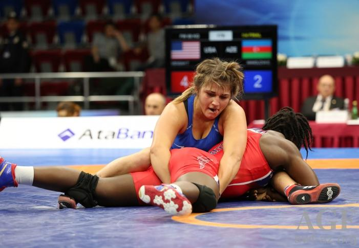 Azerbaijan's female wrestler wins gold at Baku 2017