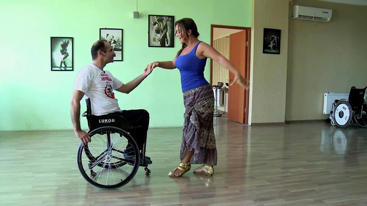 Человек, который не может ходить, но парит в облаках: фильм об уникальном азербайджанце (ФОТО) - Gallery Image