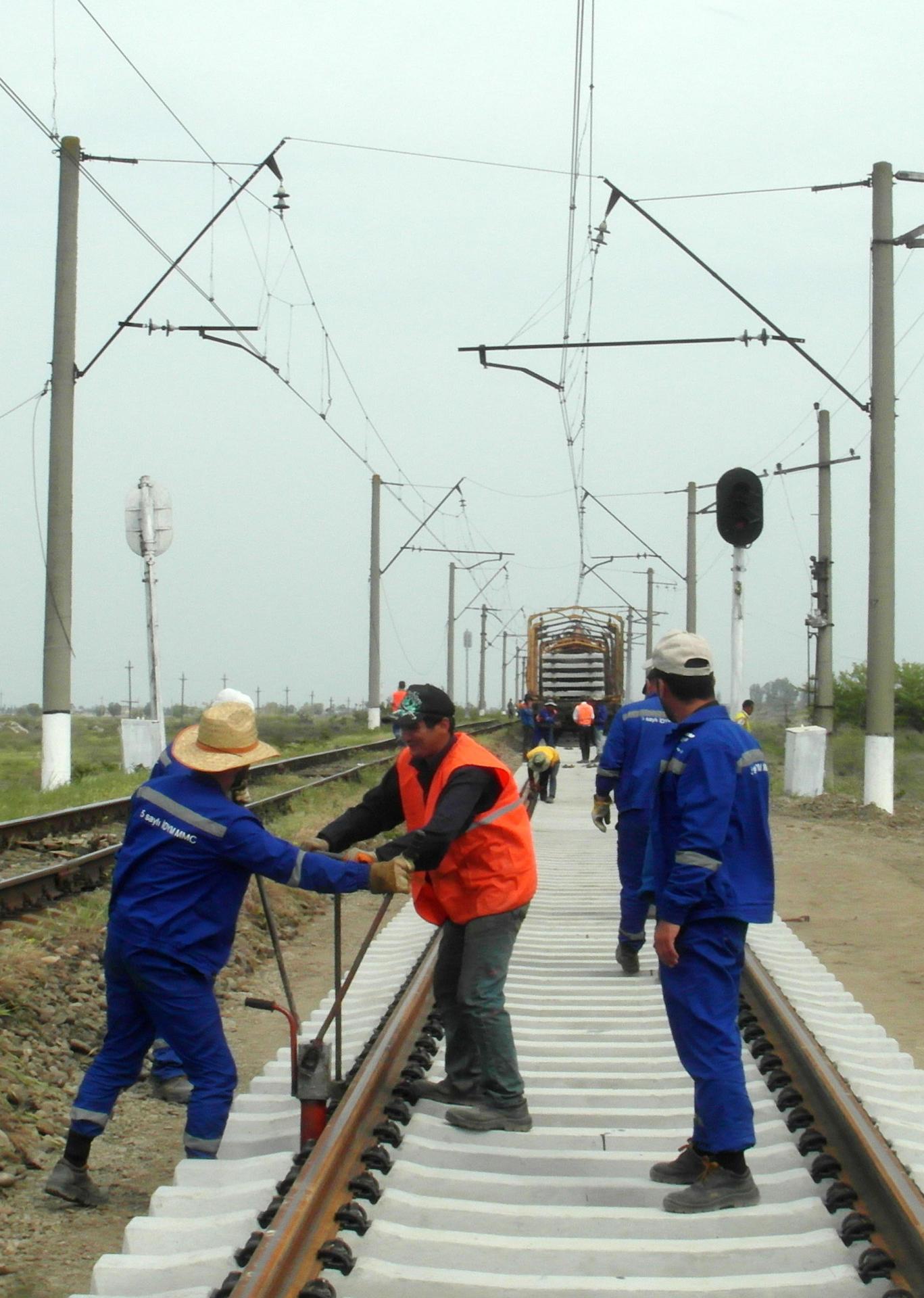 Ucar-Əlikənd mənzilində 6 km dəmir yolu əsaslı təmir olunur (FOTO) - Gallery Image