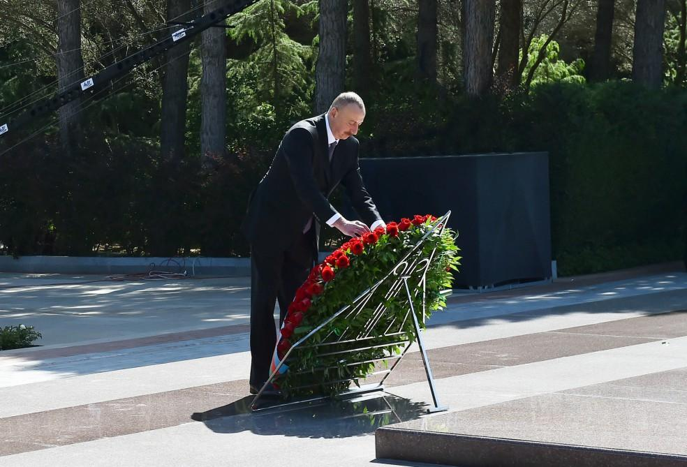 President Aliyev, first lady visit grave of Azerbaijani National Leader (PHOTO) - Gallery Image
