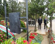 Ilham Aliyev visits grave of late Energy Minister Natig Aliyev (PHOTO) - Gallery Thumbnail
