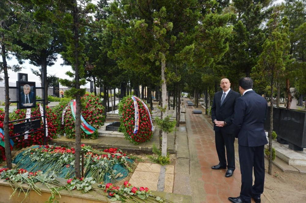 Ilham Aliyev visits grave of late Energy Minister Natig Aliyev (PHOTO) - Gallery Image