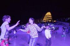 Heydər Əliyev Mərkəzinin parkında dincələnlər üçün konsert təşkil olunub (FOTO) - Gallery Thumbnail
