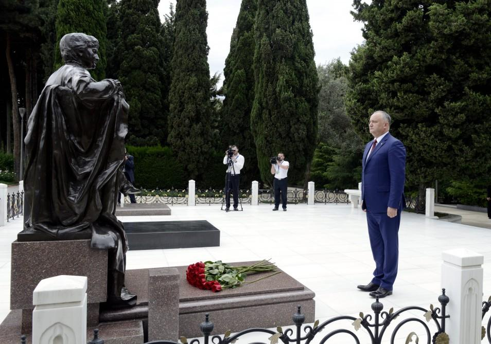 Moldovan president pays respect to Azerbaijan's national leader Heydar Aliyev (PHOTO) - Gallery Image