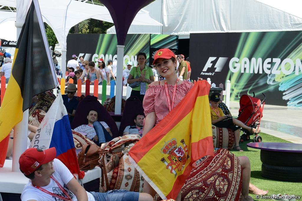 F1 pilots' autograph session in Baku (PHOTO) - Gallery Image