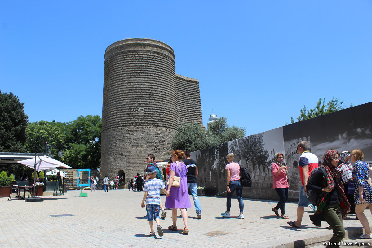 F1 fans viewing tourist attractions of Baku (PHOTO)