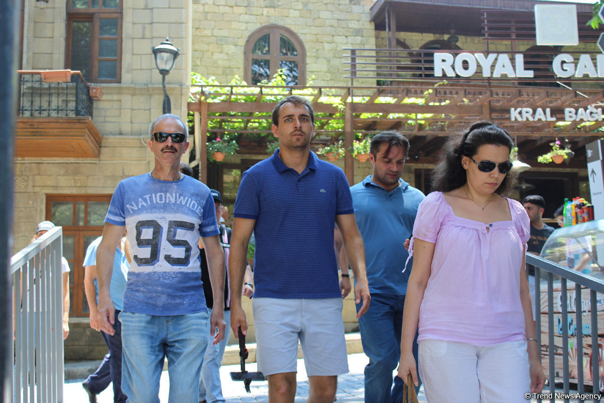F1 fans viewing tourist attractions of Baku (PHOTO) - Gallery Image