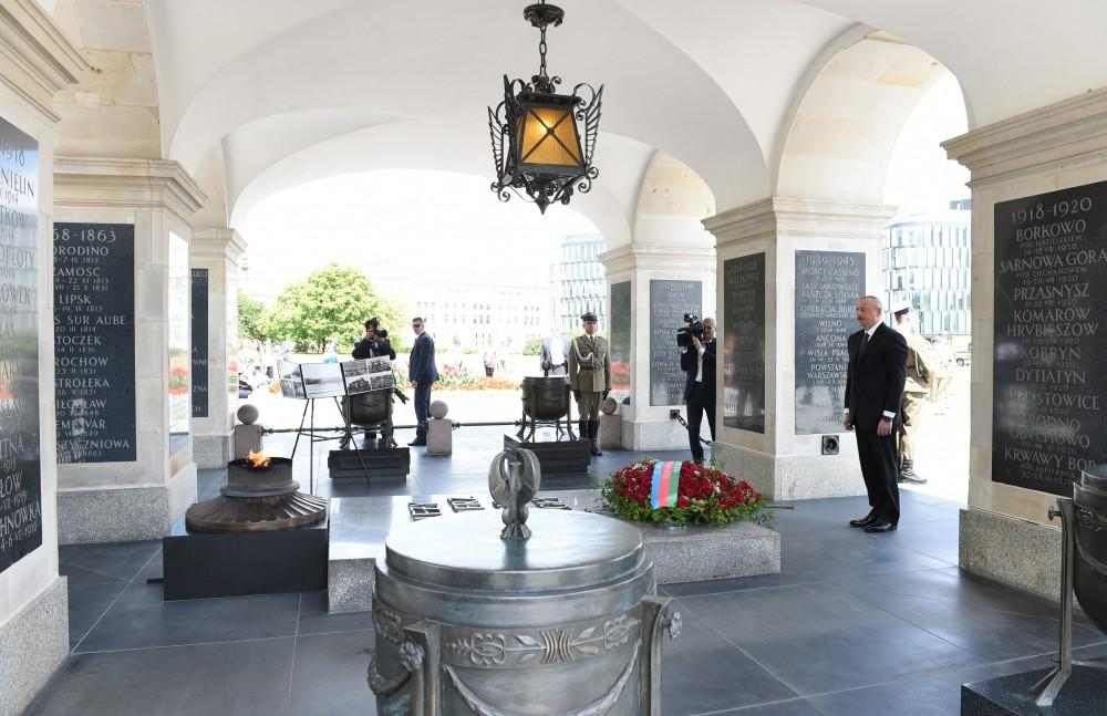 President Aliyev visited the Tomb of the Unknown Soldier in Warsaw (PHOTO)