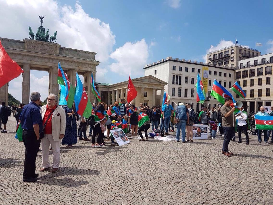 Azerbaijanis hold protest rally in Berlin (PHOTO)