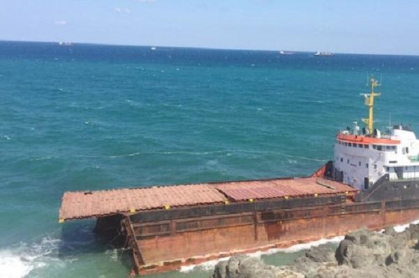 Kilyos açıklarında yük gemisi ortadan ikiye ayrıldı - Gallery Image