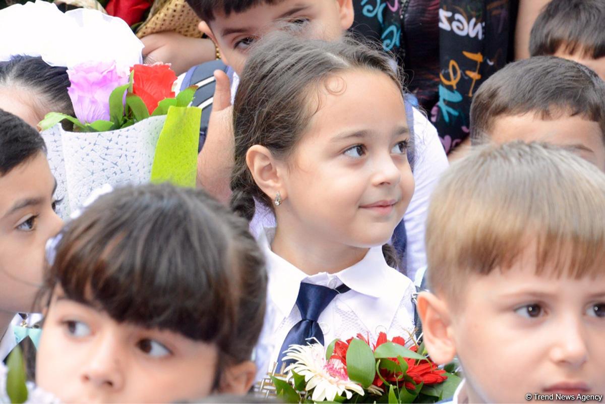 Azerbaycan'da Bilim Günü kutlamalarında öğrencilerden sevinç coşkusu (Fotoğraf) - Gallery Image