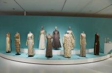 """Mehriban Əliyeva Aleksandr Vasilyev Fondunun kolleksiyasından ibarət """"Modernizm və moda"""" sərgisinin açılışında iştirak edib (FOTO) - Gallery Thumbnail"""