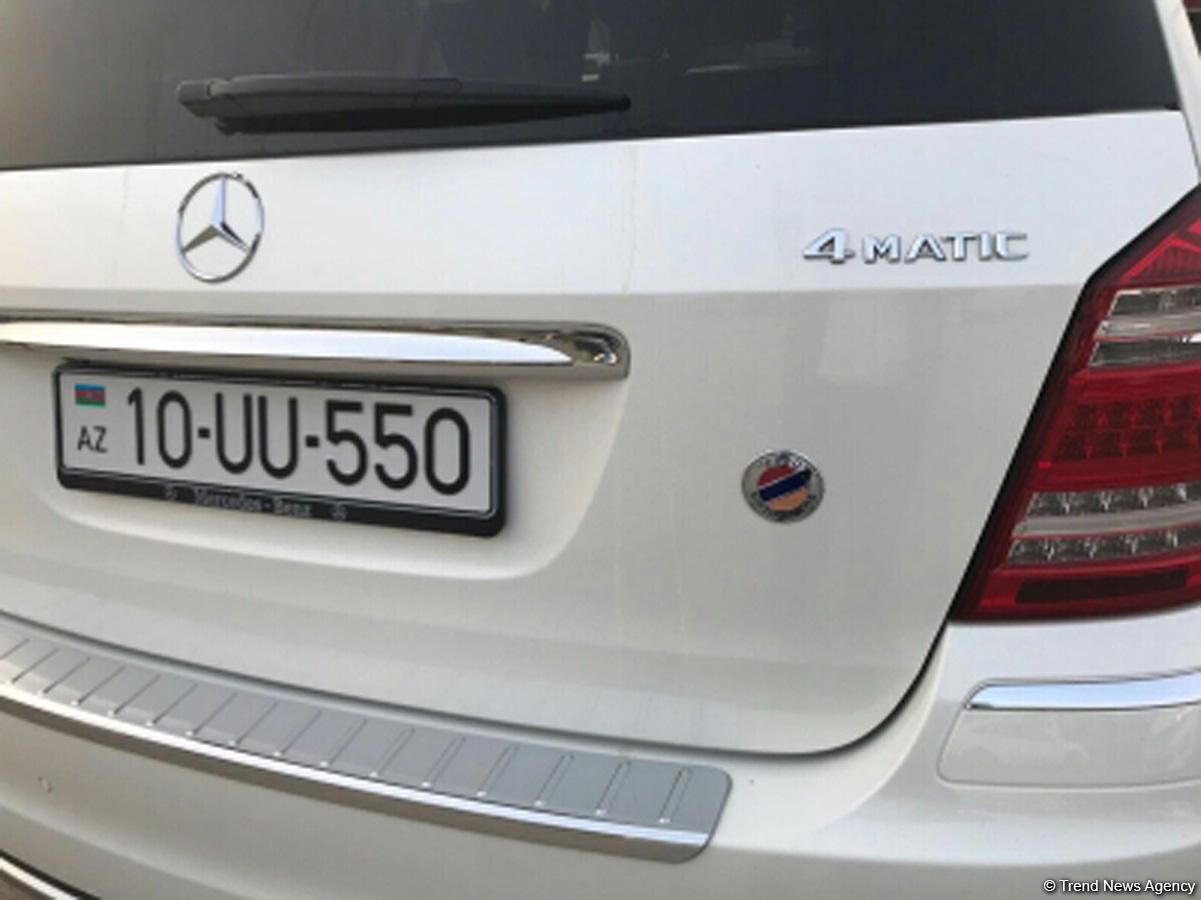 Üzərində Ermənistan bayrağının olduğu iddia edilən avtomobilin sahibi rəngi sildirdi (FOTO) - Gallery Image