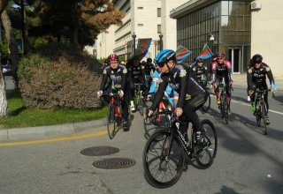 Baku holds cycling race devoted to State Flag Day (PHOTO)