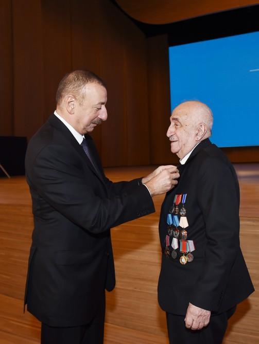 Президент Ильхам Алиев принял участие в торжественной церемонии, посвященной добыче двухмиллиардной тонны нефти в Азербайджане (ФОТО) (версия 2) - Gallery Image
