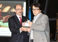 Фонд Гейдара Алиева подарил  Азербайджанскому музею ковра вышивку редчайшей композиции, относящейся к искусству ковроткачества Карабаха (ФОТО) - Gallery Thumbnail